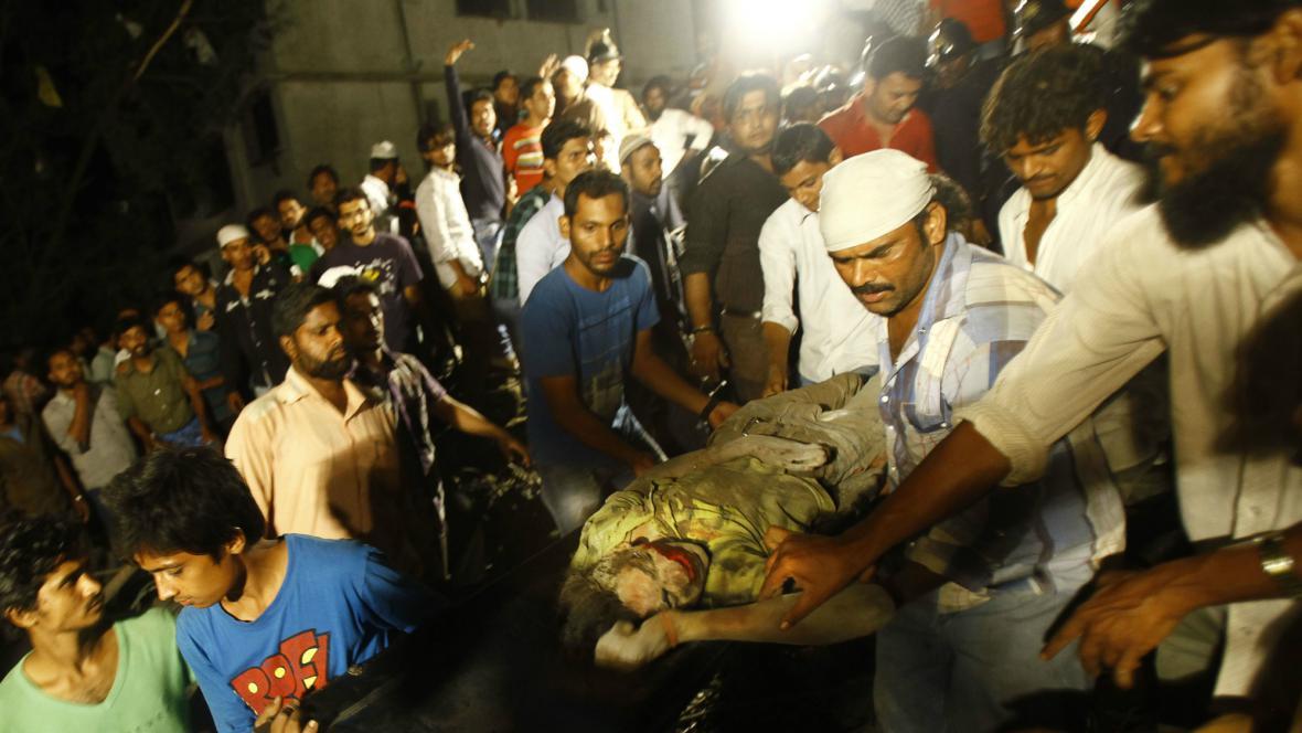 Rozestavěná budova v Bombaji zasypala desítky lidí