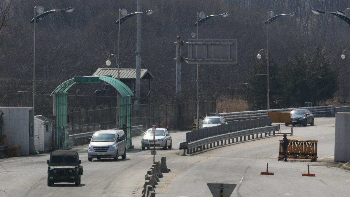 Jihokorejská vozidla se vrací ze zóny Kesong v KLDR