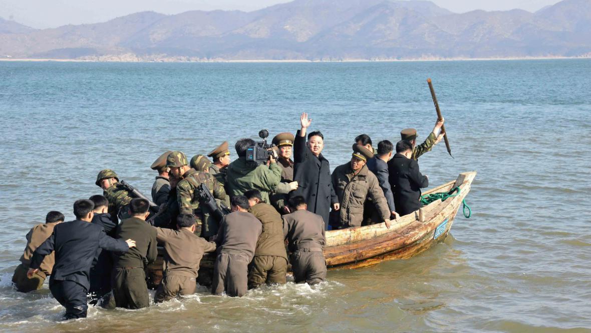 Kim Čong-un s vojenskými důstojníky