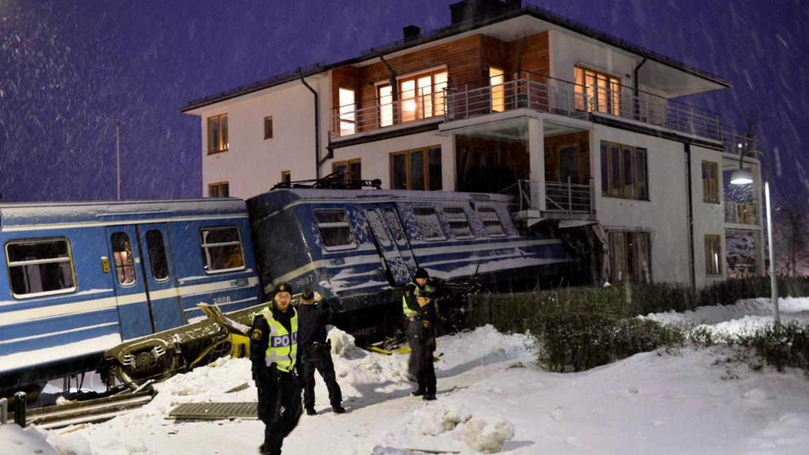 Ve Švédsku narazil vlak do domu