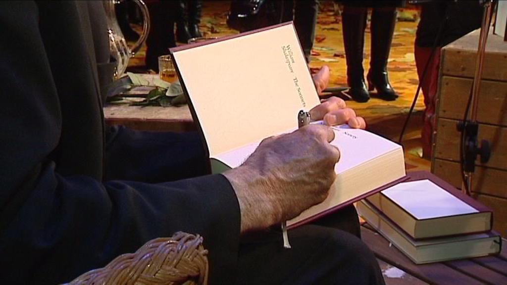 Martin Hilský při autogramiádě