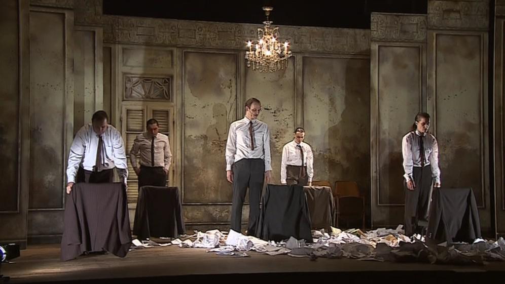 Herců hrajících Pavla Juráčka je v jednu chvíli na scéně i pět