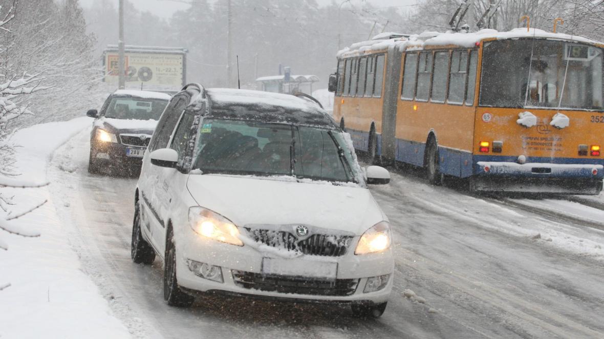 Sníh způsobil dopravní komplikace