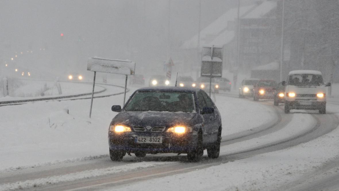 Sníh způsobil dopravní komplikce