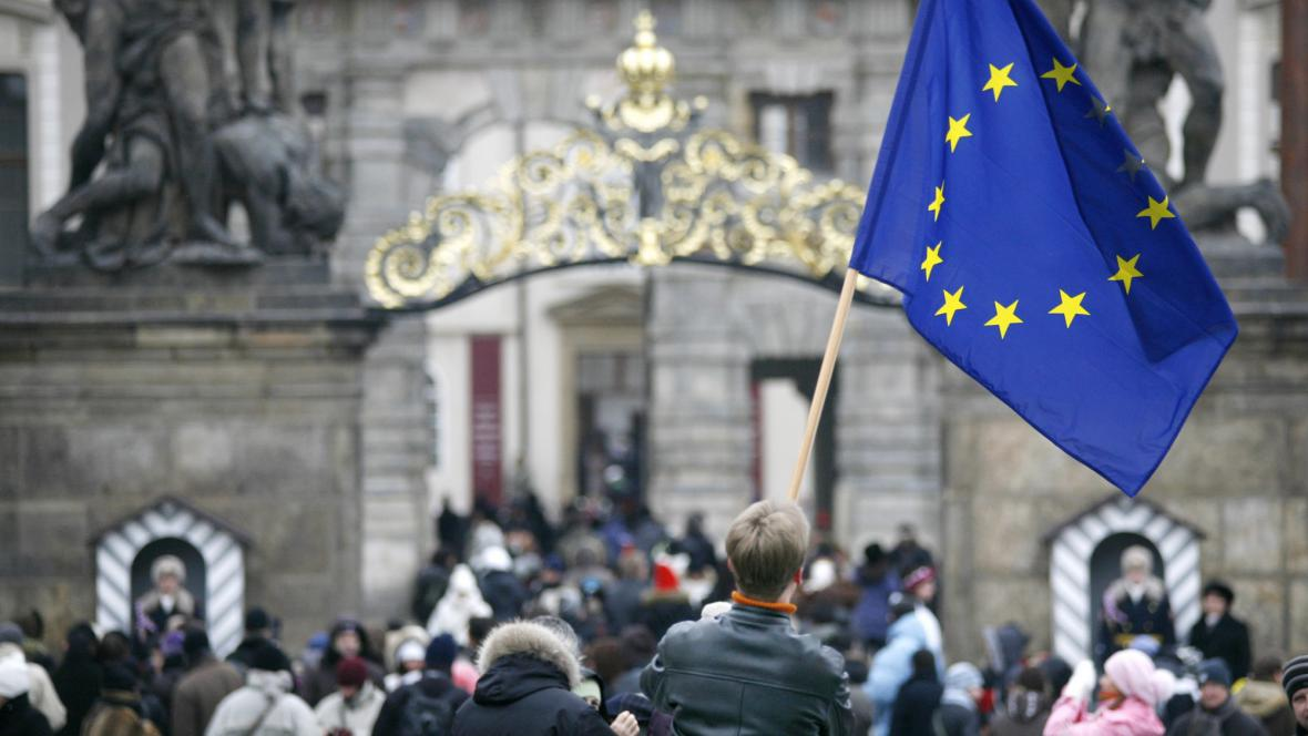 Demonstrace za vyvěšení vlajky EU na Hradě