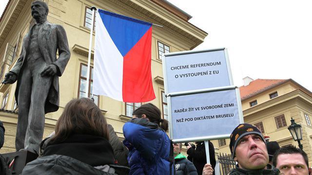Demonstrace proti Evropské unii před Pražským hradem