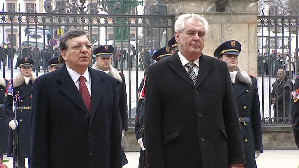 Věšení vlajky EU na Pražském hradě