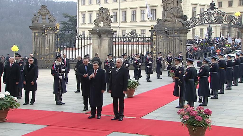 Věšení vlajky na Pražském hradě