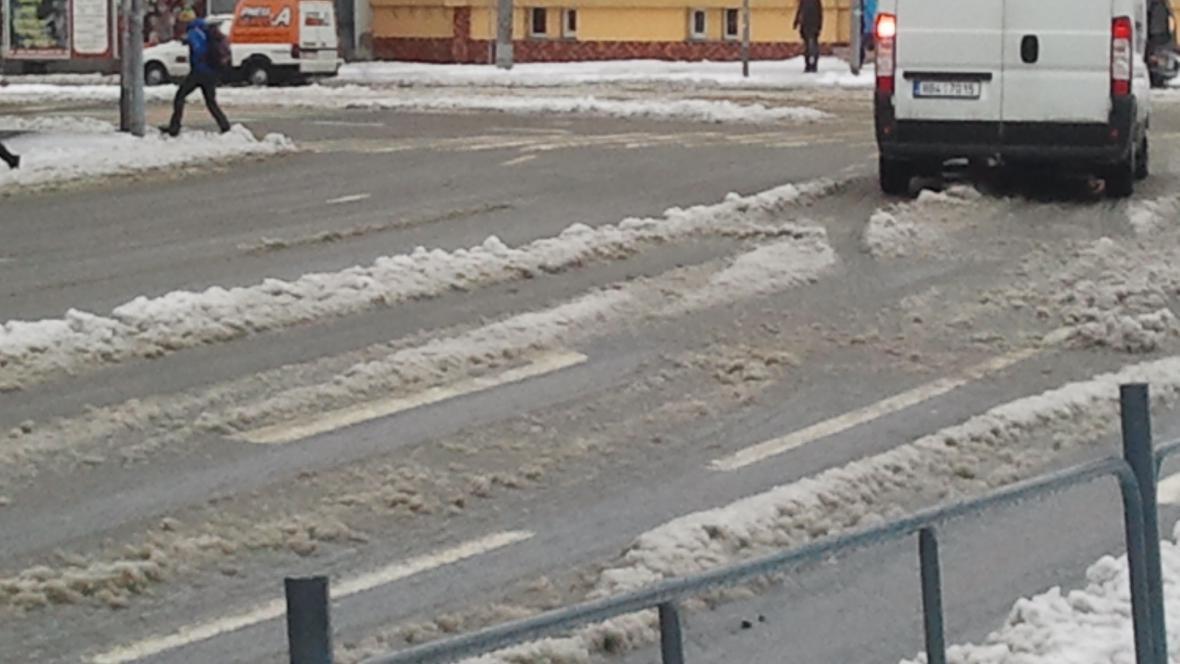 Sníh zůstává i na hlavních silnicích