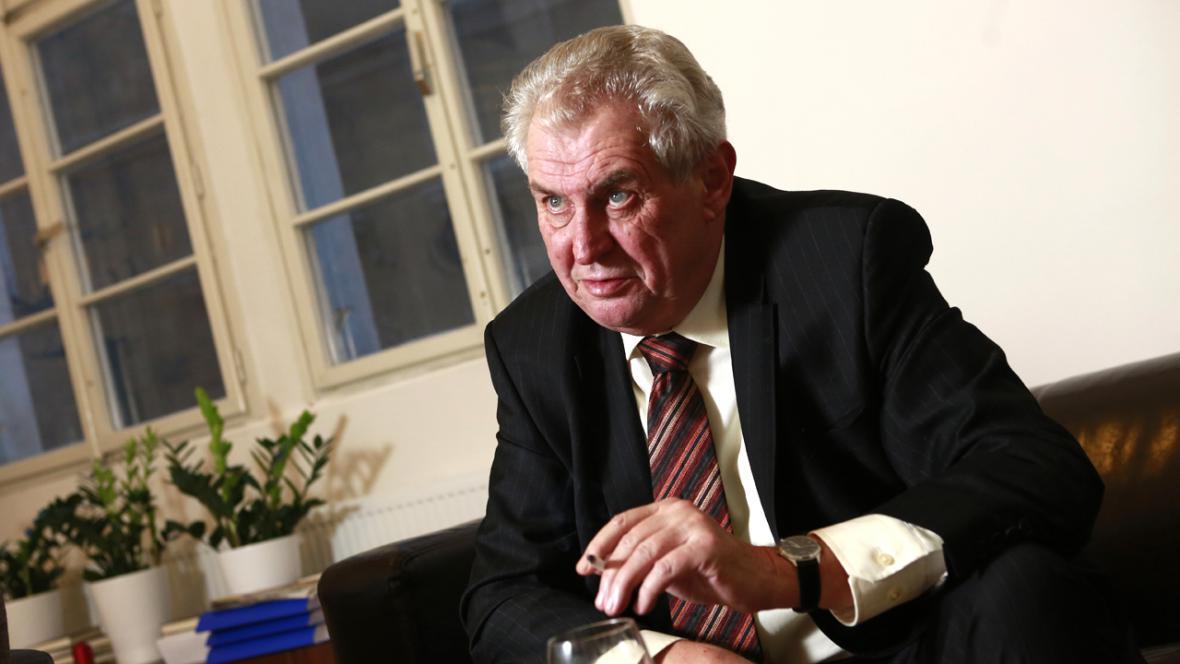 Prezident Miloš Zeman s cigaretou