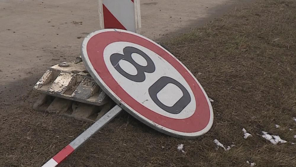Silničáři montovali podél dálnice i dopravní značky