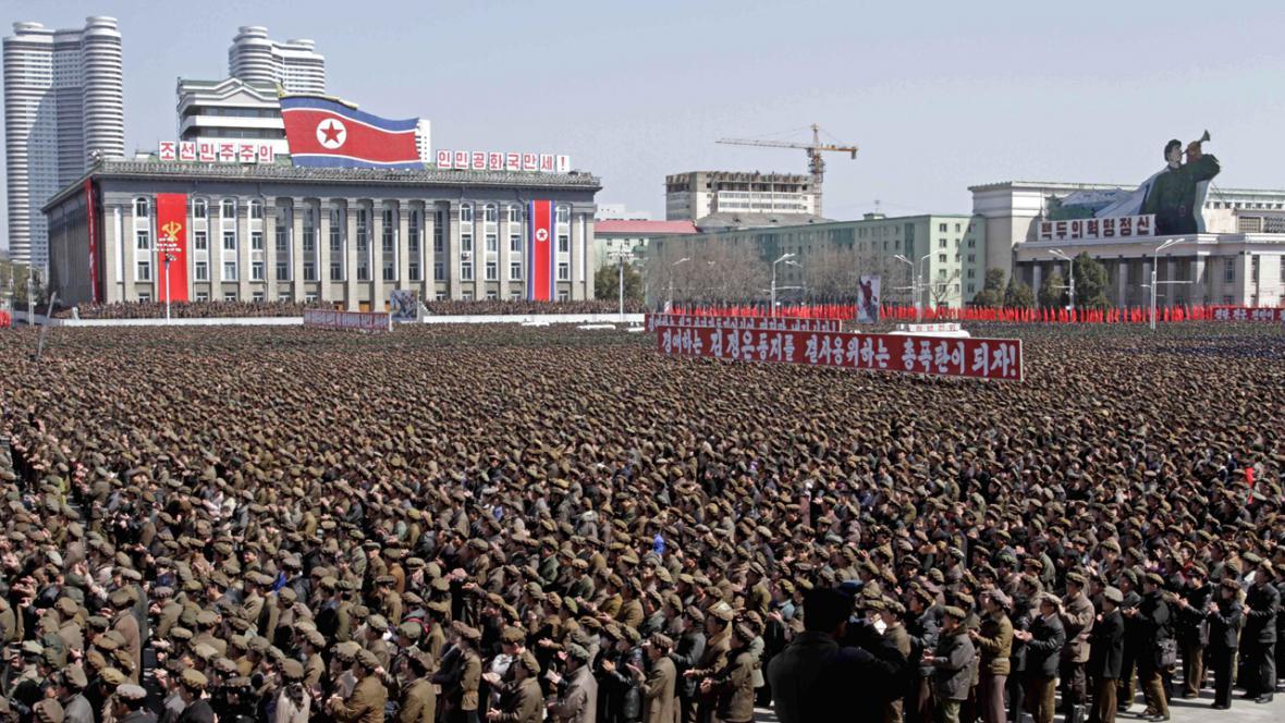 Severokorejská demonstrace na podporu výzvy k bojové pohotovosti