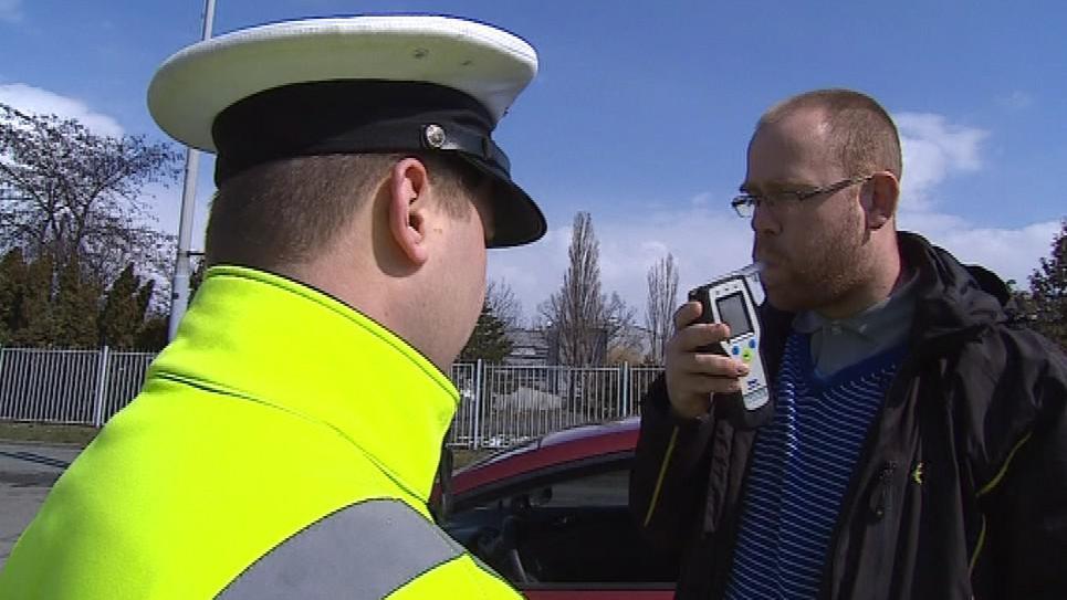 Policisté řidiče testovali na alkohol i na drogy
