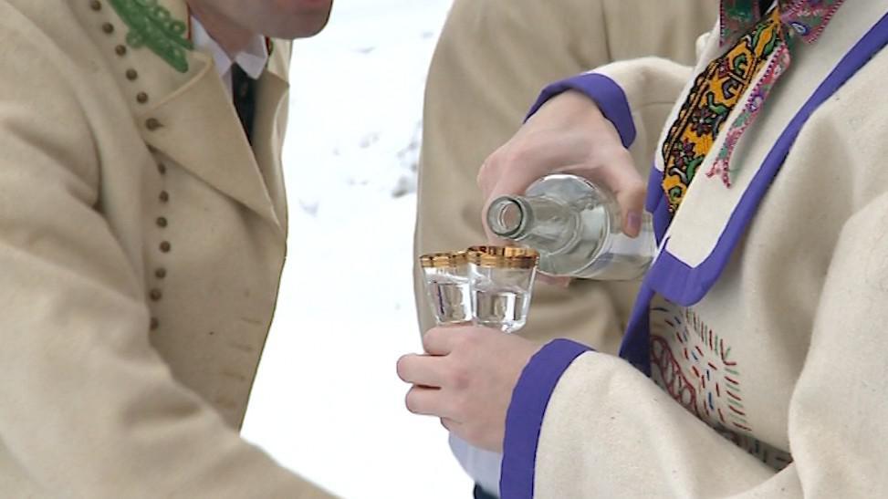 Aby se lidé v zimě zahřáli, došlo i na ostřejší pití