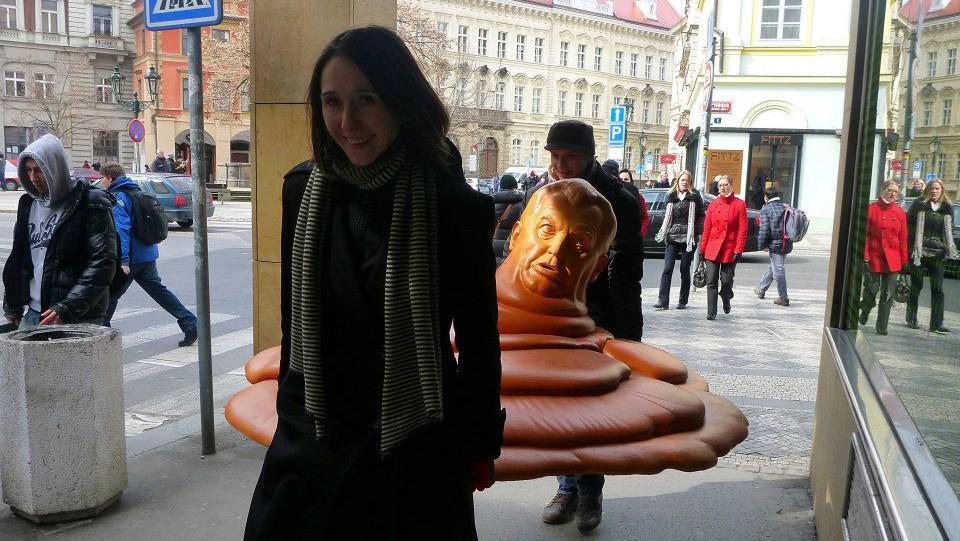 Přeprava sochy Kryštofa Hoška Vařila myšička kašičku
