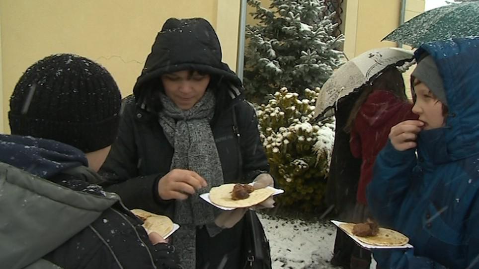 Lidé spolu pojedli pečeného beránka a nekvašený chléb