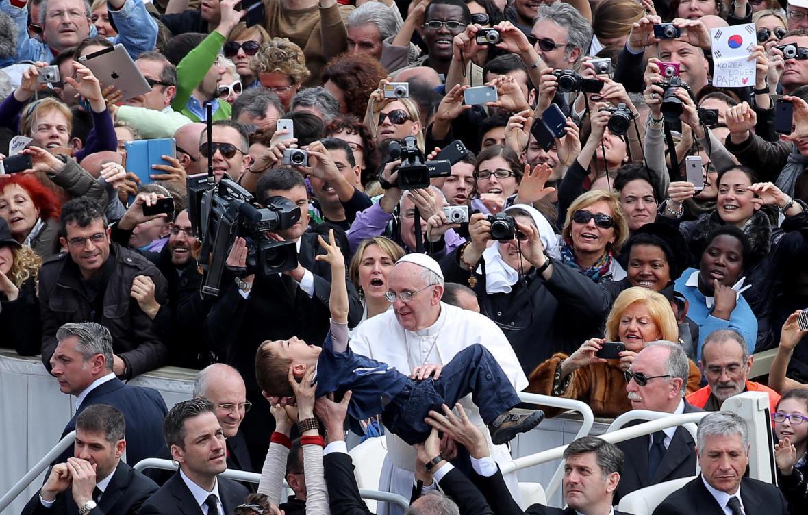 František požehnal postiženému chlapci
