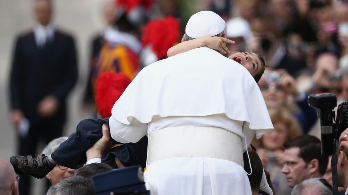 František pozdravil po velikonoční mši věřící