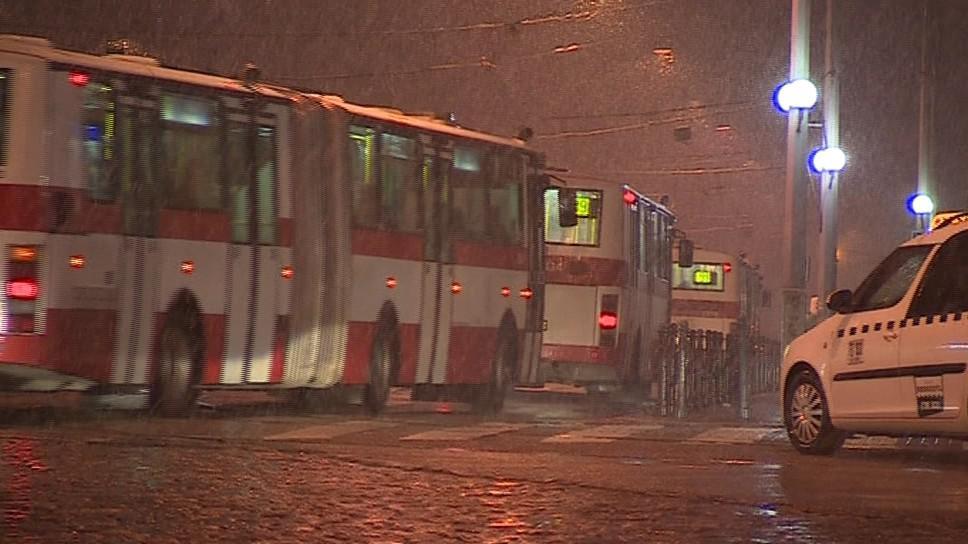 Taxikářům a řidičům autobusů se o hodinu zkrátila noční směna
