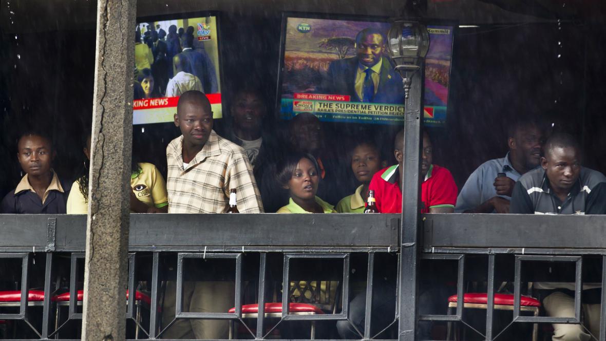 Keňané sledují policejní zásah proti lidem nespokojeným s rozhodnutím soudu