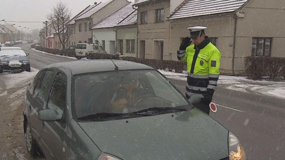 Policista kontroluje řidiče o Velkém pátku