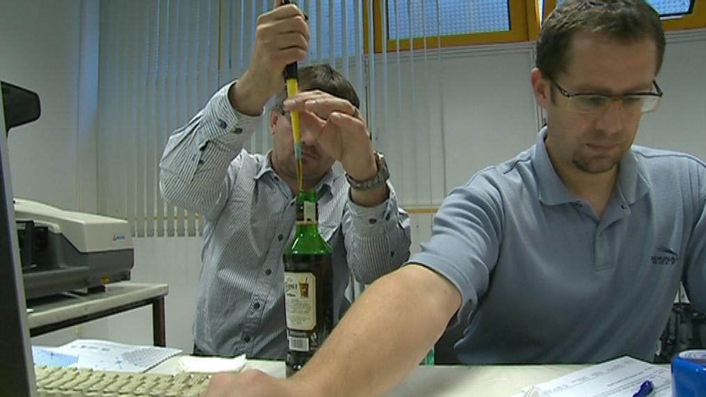 Odborníci zvladnou otestovat až 200 vzorků denně