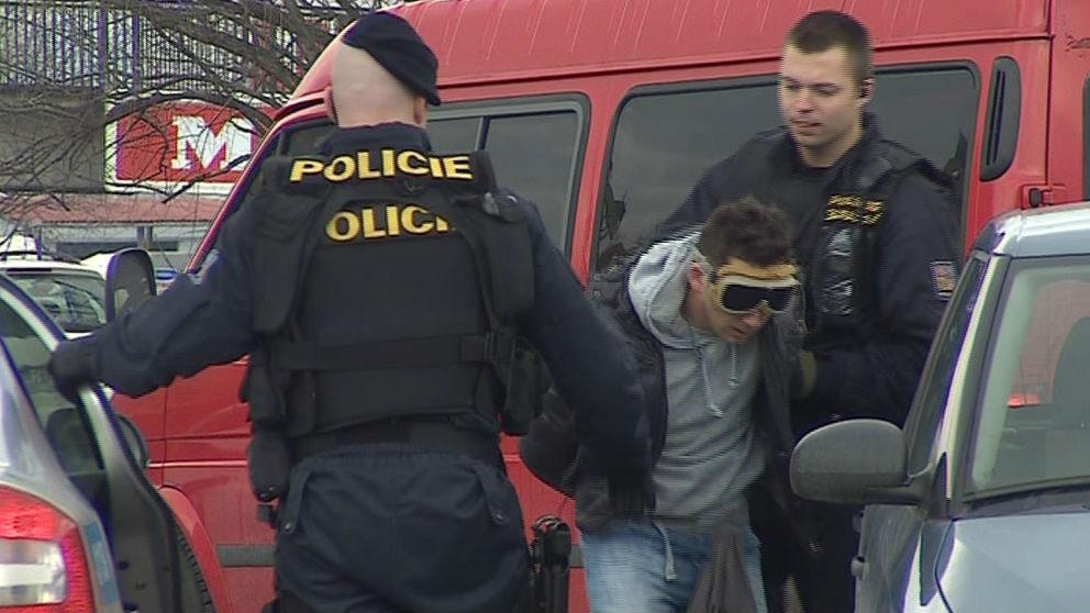 Policisté a jeden ze zatčených