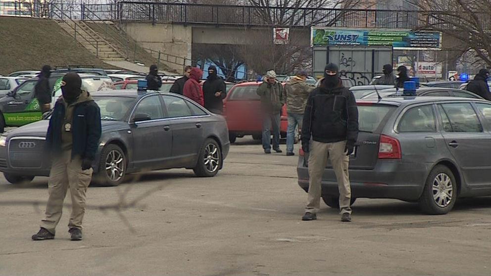 Policisté hlídají parkoviště při zásahu