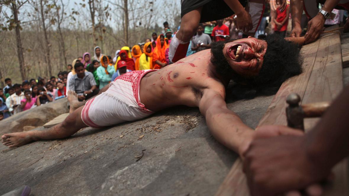 Velikonoční rituál ukřižování v Indii