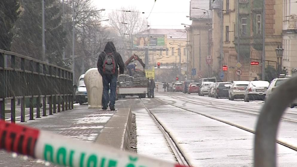 Havárie vody přerušila dopravu u křižovatky ulic Merhautova a Slepá