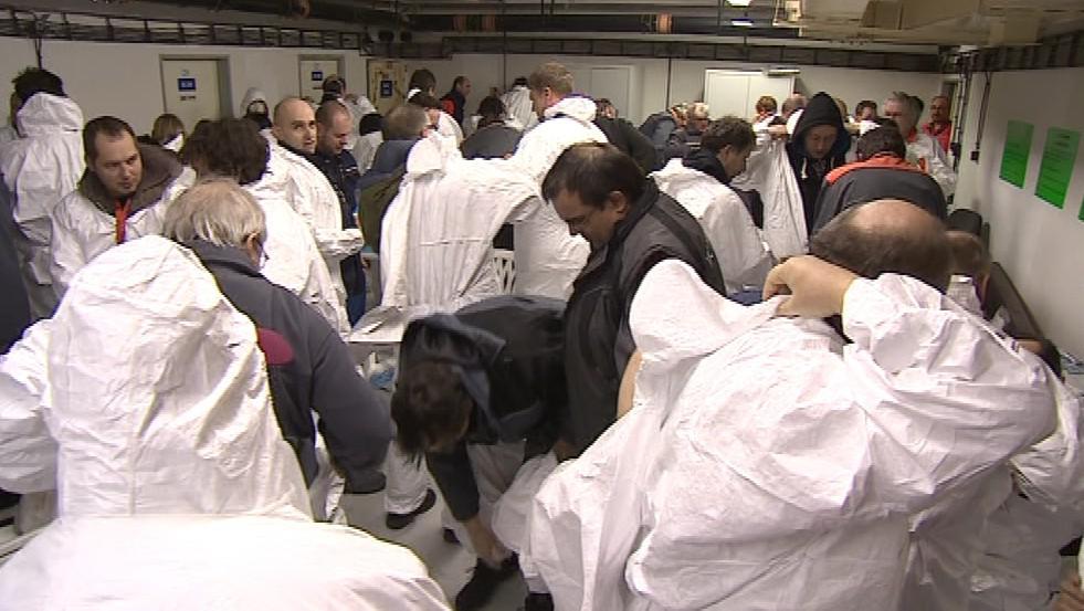Pracovníci elektrárny se museli převléct do ochranných obleků