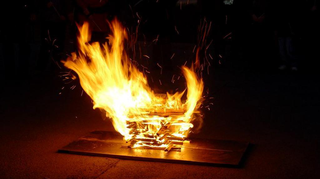 Velikonoční oheň před kostelem
