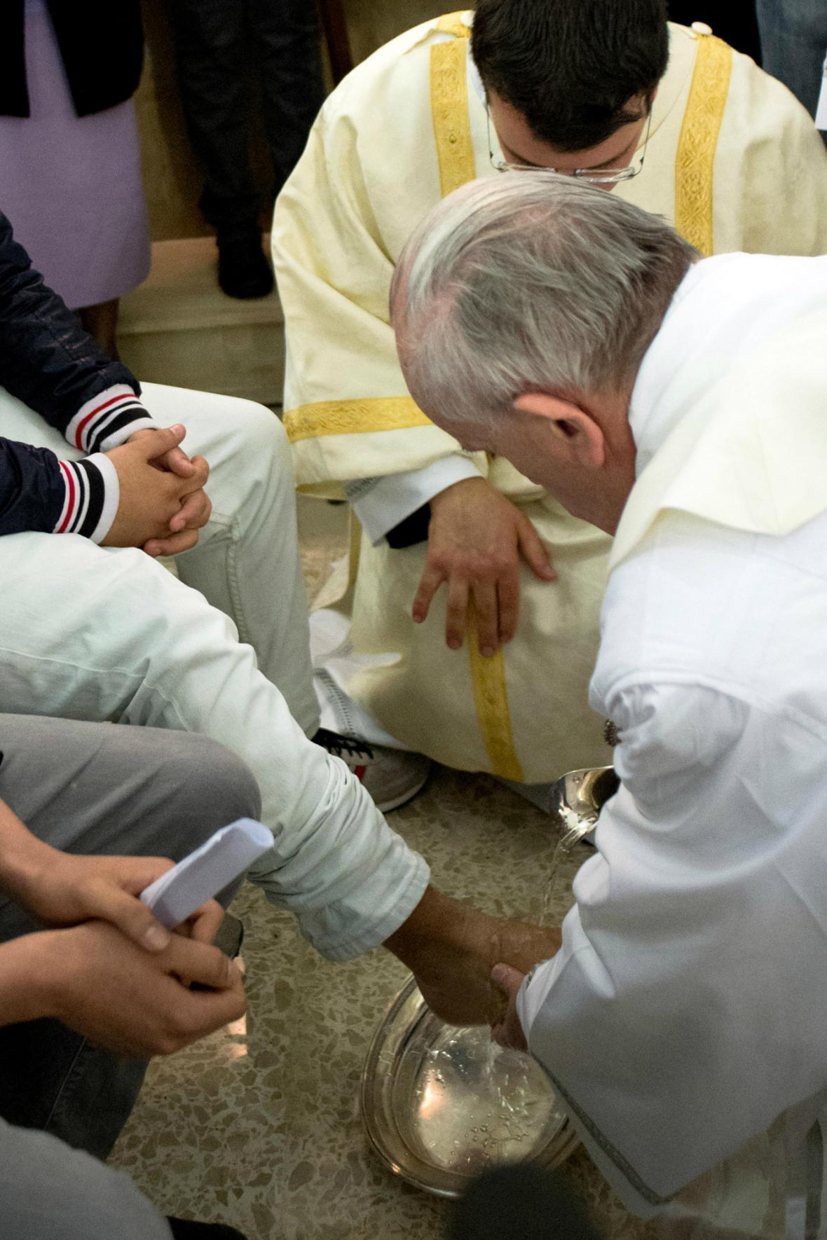 Papež umyl nohy mladistvým delikventům