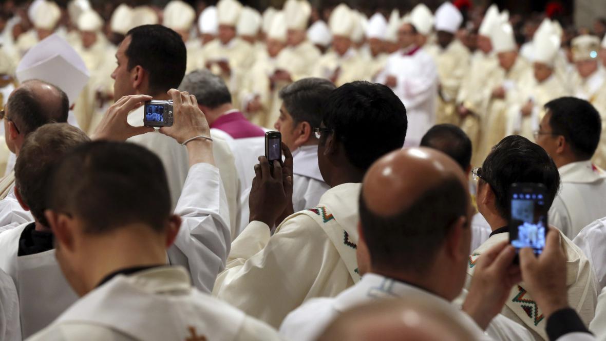 Kněží fotí křižmovou mši