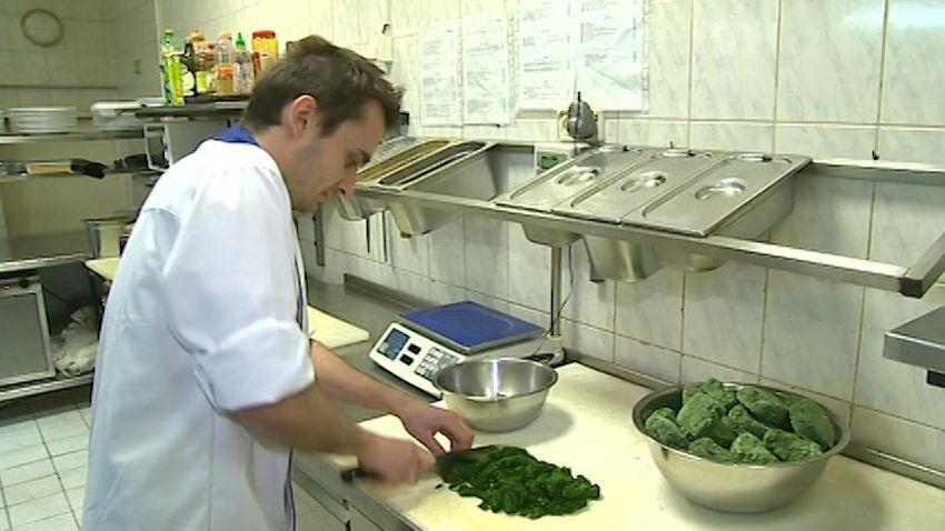 Přípravy na Zelený čtvrtek včera finišovaly i v kuchyních restaurací