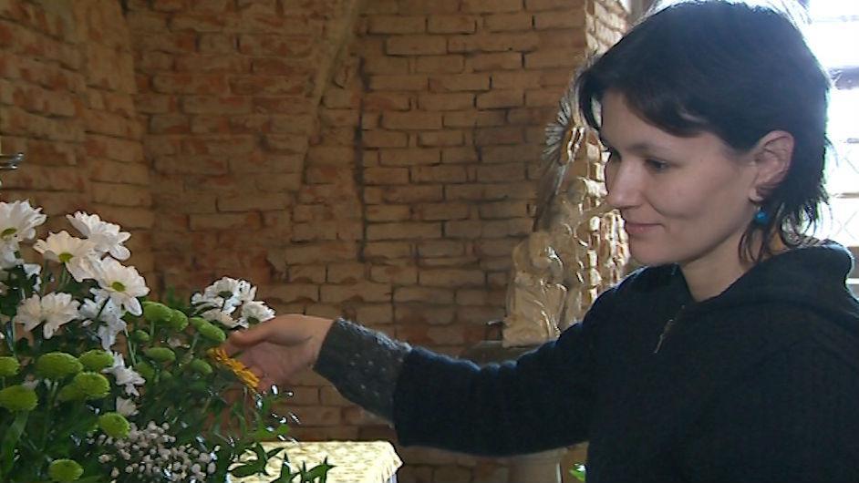 Příprava květinové výzdoby na Zelený čtvrtek ve zlínském kostele