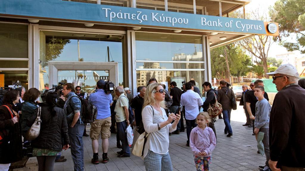 Lidé čekají na otevření kyperských bank