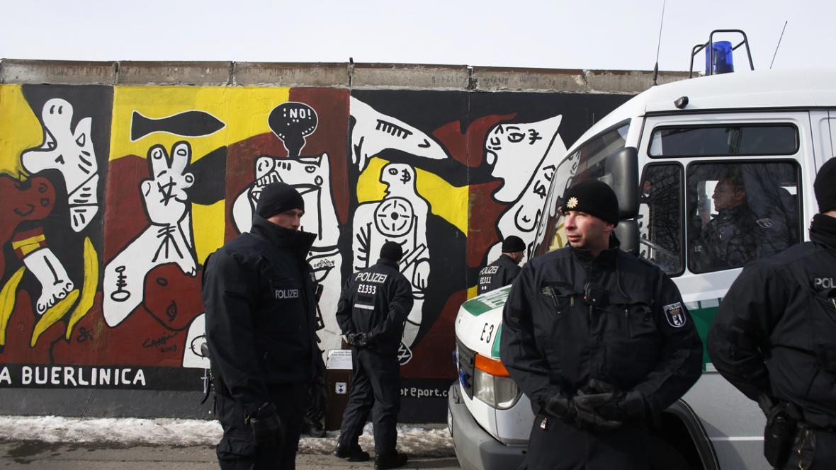 Policie dohlíží na demolici East Side Gallery