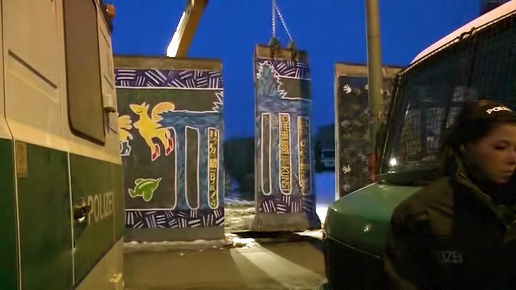 Stavaři začali nad ránem rozebírat Berlínskou zeď