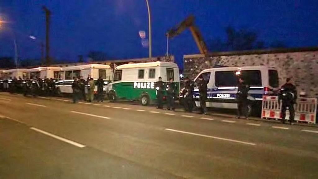 Stavaři začali pod dohledem policie rozebírat Berlínskou zeď