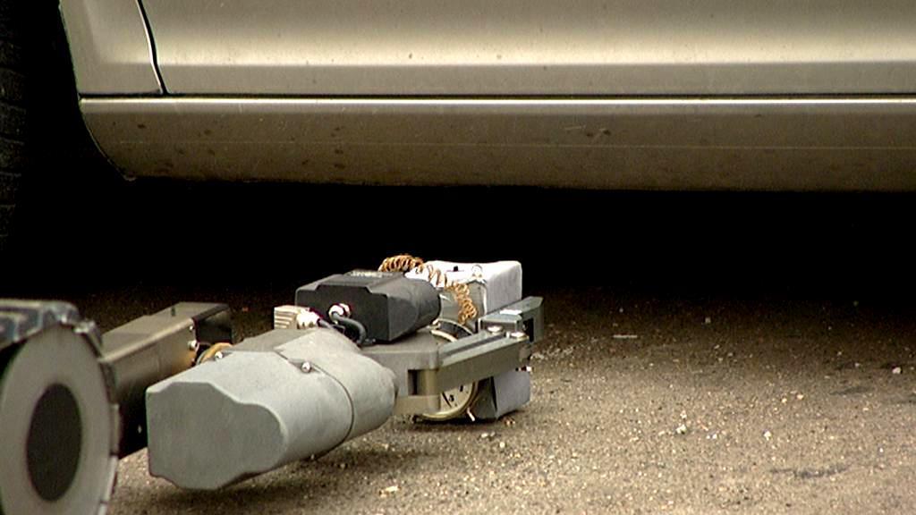 Robot při manipulaci s výbušninou