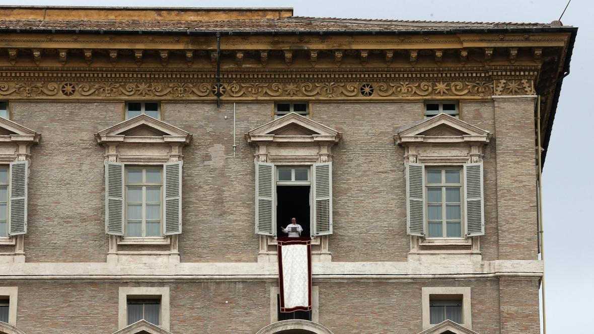 František v okně Apoštolského paláce