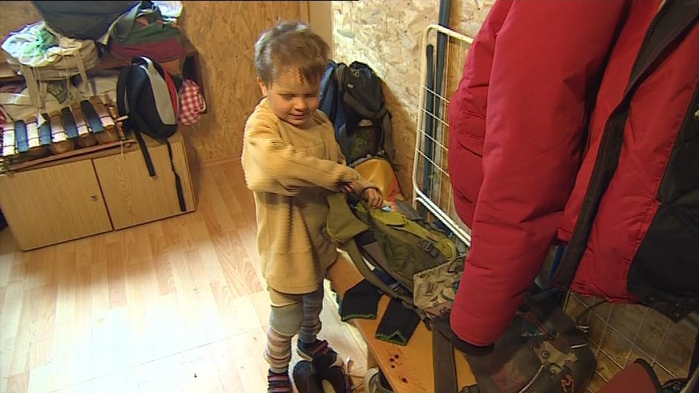 V lesní školce se děti učí i samostatnosti. Třeba umět se obléct bez pomoci rodičů