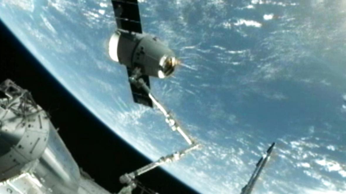 Modul Dragon se úspěšně spojil s ISS