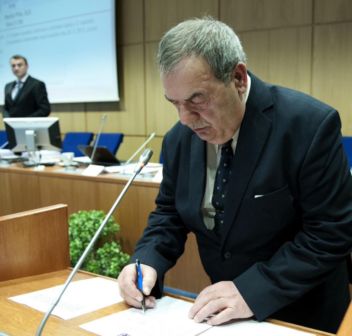 Josef Vondruška podepisuje slib zastupitele