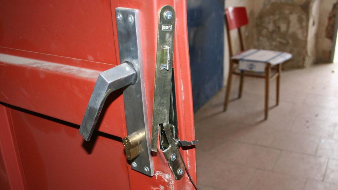 Vchod do bankomatu zloději vypáčili