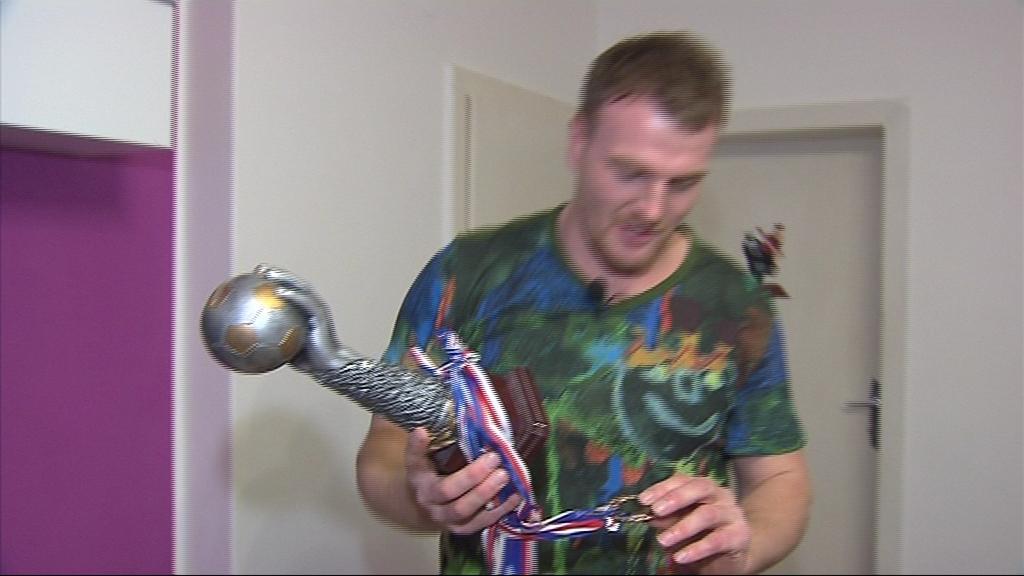 Michal Dostalík s trofejí za nejlepšího hráče islandské soutěže