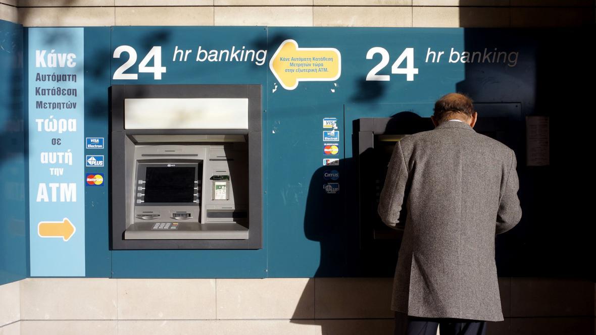 Kypřané se snaží vybrat úspory