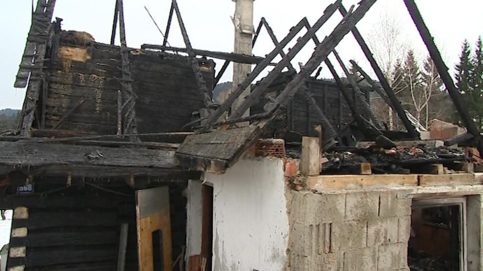 Na dřevěnici se požár rozšířil z hospodářského stavení