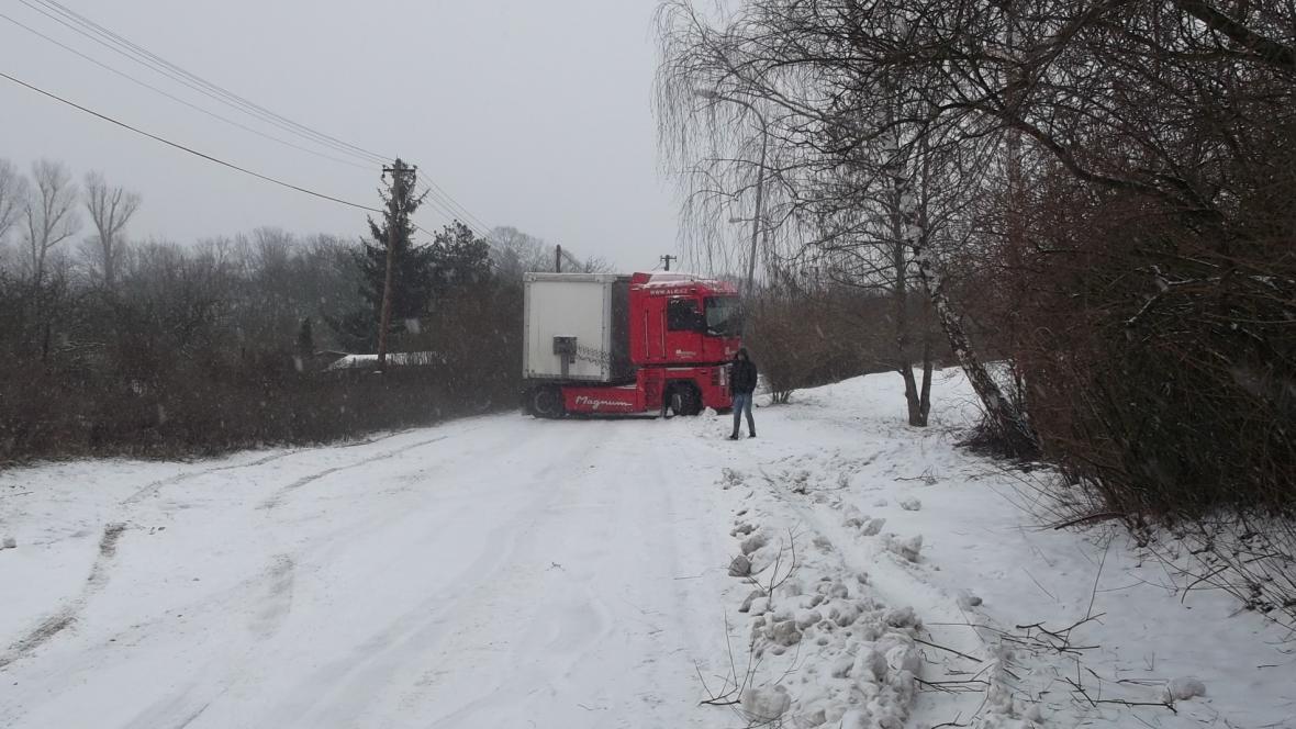 Kamion zablokoval cestu ostatním vozidlům